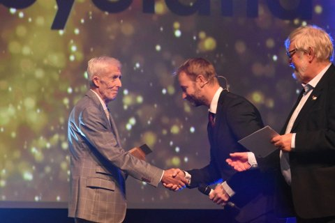 HEDRET: Her får Henrik «Henken» Møyland prisen for årets ildsjel av Per Eivind Johansen i Vestfold idrettskrets og tidligere alpinist Kjetil André Aamodt.