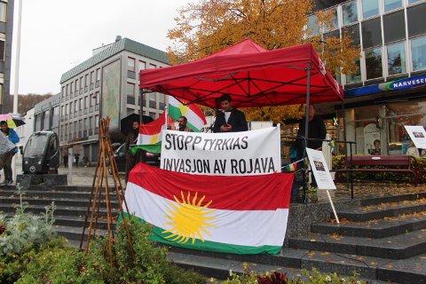 TORGMØTE: På lørdag arrangerte Kurdisk kulturforening Larvik torgmøte for å vise solidaritet mot tyrkisk invasjon av kurdiske områder i Syria.