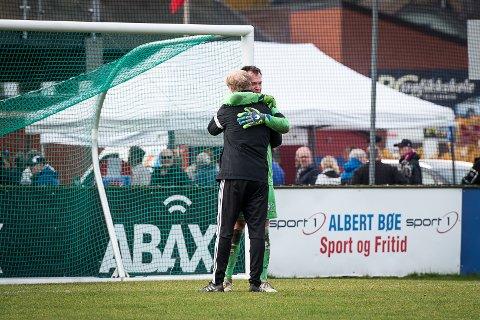 FØLELSESLADD: Kenneth Stenild Nielsen får en god klem av keepertrener Arild Anundsen etter uavgjort-kampen. De har jobbet sammen i seks år.