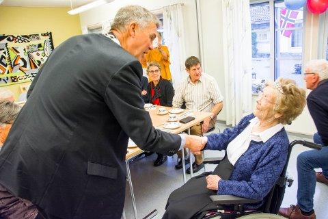 100 år: Kristine Jakobsen fylte 100 år torsdag. For ordfører Erik Bringedal ble det også en minneverdig dag.