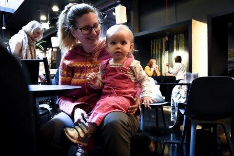 FORNØYDE: Stina Ellingsen og datteren Alesalina koste seg på ny kafe i Larvik.