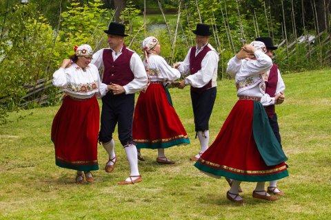 Bilde av estiske folkedansere. Legg merke til at deres folkedakter likner de norske.