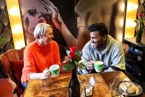 LIKER IDEEEN: Ann Cecilie Haukaas og Jeran Karunairaja er begeistret for konseptet som skal oppmuntre samtale mellom fremmede.