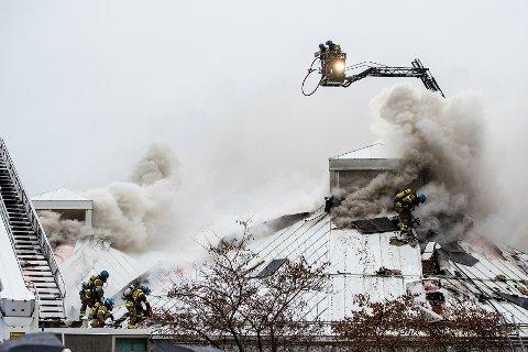 BRANN: Larvik bibliotek i brann lørdag 16. november etter at en 28-åring tente på søppelkasser som sto inntil bygget i 1. etasje.