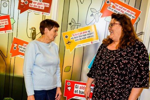 HÅPER: Styremedlem Gunn Jacobsen og koordinator hos Home Start, Elisabeth Evensen, velger å se optimistisk på muligheten til å slippe kutt i stillinger.