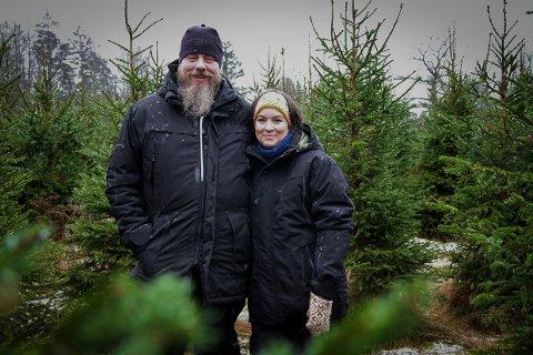 HØYTID I DESEMBER: Stian og May-Linn Manvik satser på produksjon av juletrær i Brunlanes.