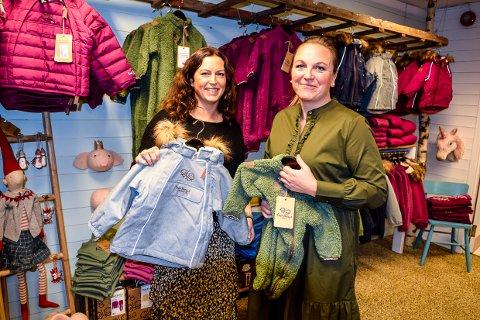 ÅPNER BUTIKK: «Fruene på landet» er navnet når May Bente Lie Bjørk og Lene Hvarnes åpner butikk tilknyttet sitt designkontor. Her med klær de selv har designet.