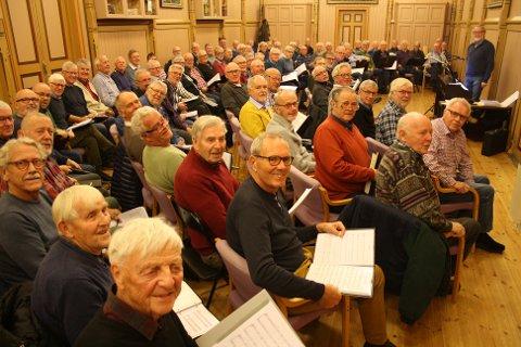 SISTE ØVELSE: Mange av deltakerne til søndagens korkonsert med over 100 menn var samlet til øvelse onsdag. De gleder seg til å gjøre noe helt unikt. (Foto: Privat)