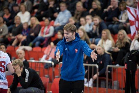 VISER VEI: LHK-trener Lars Wallin Andresen kan ikke vente på å slippe jentene utpå parketten igjen. Søndag ettermiddag får han lov til det når Ålgård gjester Boligmappa Arena.