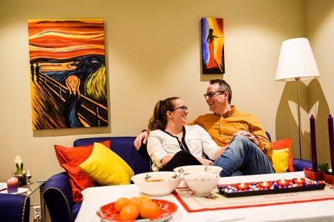 GODT LIV: Ørjan Olsen (30) og Malin Hansen Skjelstad (29) har endelig fått satt seg i en god sofa i sitt første egne hjem . Da er det bare å kose seg med det gode i livet.