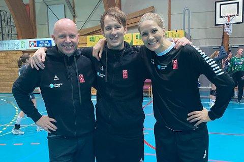 FORNØYD TRIO: Gro Hammerseng-Edin var på benken da Larvik HK vant 35-24 mot Volda. I midten står hovedtrener Lars Wallin Andresen, Espen Nyhus til venstre.