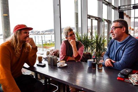 HJEMMEKINO: Kristian Bålsrød (t.v.) forteller at Matinéklubben nå kjører hjemmekino etter at Bølgen ble stengt. Her med Anne Kari Ramberg og Trond Aarstad Jr.