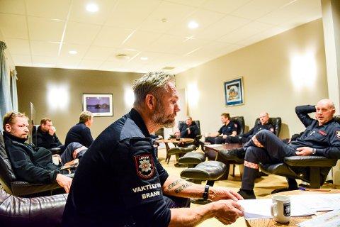 PÅ VAKT: Drømmen for mange er en plass i stresslesstolen mens vaktsjef Henning Jacobsen hos Larvik Brannvesen tar ordet.