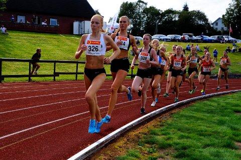 Vinner:Det var Ina Halle Haugen (fremst) sine mesterskapsprestasjoner som brakte henne til topps som årets langdistaseløper. Her fra junior-NM i friidrett.