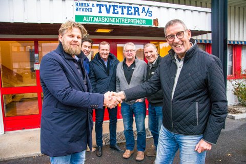 SELGER: Øyvind Tveter er fornøyd med å selge sin andel av familiefirmaet til Pål Lund. Bak står Thor Olav Tveter, Erik Storhaug , Jarl-Erik Nyseth og Bjørn Tveter.