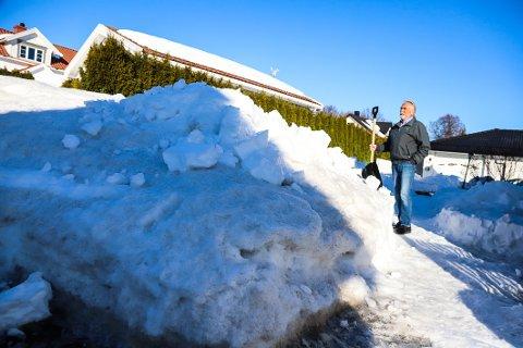MÅ LEIE MASKIN: Bjarne Borgersen brukte hele søndagen til å rydde snø, slik at de kom fram til postkasse og søppelkasser. Den store snøhaugen som sperrer innkjørselen på Langestrand må han imidlertid leie sterkere krefter for å fjerne. – Det er en regning jeg helst skulle unngått, sier Bjarne.