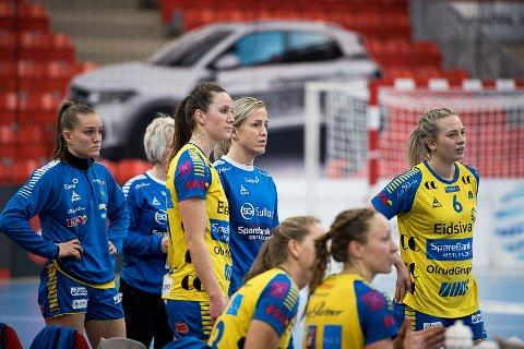 PÅ BENKEN: Heidi Løke måtte pent nødt holde seg på sidelinja da Larvik HK tok i mot Storhamar onsdag. Her står hun sammen med Tonje Enkerud.