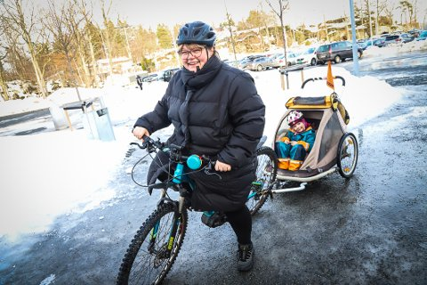 SYKLIST: Ylva Haffalden velger sykkelen i hverdagen, året rundt. Margit (5) ser ut til å mene at det er helt ok å sitte i sykkelhengeren.