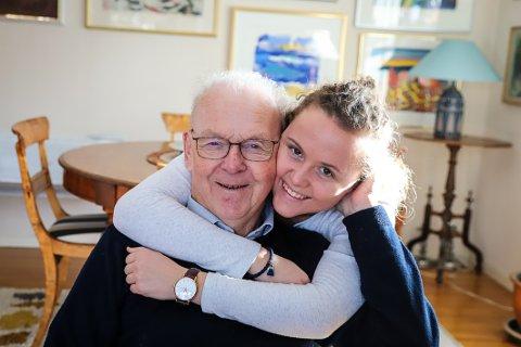 TAKKNEMLIGE: Elisabeth Hesselberg kan gi morfaren Tore Sørensen en god klem i dag, takket være vellykket behandling med immunterapi. Hun har engasjert seg i Krafttak mot kreft, som i år går til forskning på kreftformer med lav overlevelse.