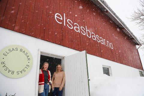 SKILT PÅ VEGGEN: Med de store bokstavene som har kommet på veggen, er det ingen tvil om hva nettbutikken til Helen Spartveit (t.v.) og Annett Lie Grimstad heter.