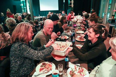 FELLES MIDDAG: Chanette Hoffmann Fyhn, Monica Skjønhaug, Even Kern og Christina Disington var blant de mange som startet med felles middag på første kveld med Grendehuset i Bølgen.