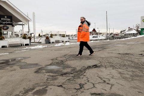Skal prioriteres: Danny Valle Johannesen, avdelingsingeniør i Vei og trafikk hos Larvik kommune rister på hodet når han ser asfalten på brygga i Stavern.
