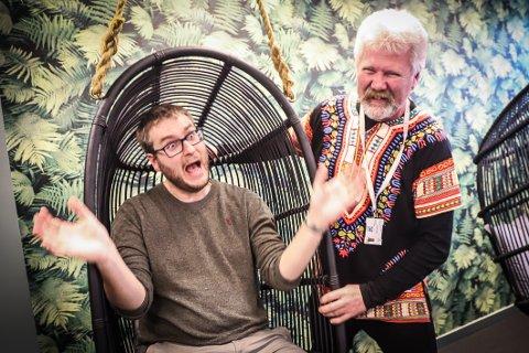 MER SPILLING PÅ TIMEPLANEN: Forsker Jørn Weines (t.v.) er imponert over det lærer Eric Torsøe har satt i gang på Thor Heyerdahl videregående skole.