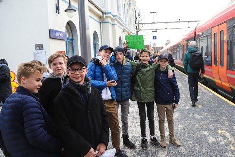 KAMPKLARE: Elever fra Stavern barneskole er på vei til Oslo for å delta i klimademonstrasjonen.