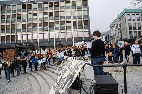 SAMLET: Ungdom samlet seg på Torget for å protestere mot miljøpolitikken i mars. Leder av Natur og ungdom i Larvik, Maja Angeltveit, holdt appell.