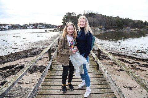 KLIMASTREIKERE: Victoria Tholfsen (t.h.) og Anne Viker Svendsen valgte å plukke søppel før de aksjonerte på Torget sammen med hundrevis av andre ungdom.