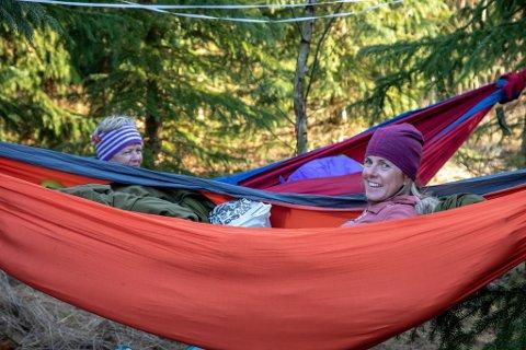 SOV I HENGEKØYEPARK: Larviksjentene Elin Olsen og Liv Mette Thovsland våkner opp etter ei natt under stjernene i hengekøyparken påAnvik.
