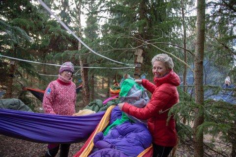 TØFFE JENTER: Kari Mette Lauritsen og Bente Vergedal sov i hengekøye selv om det bare er mars.
