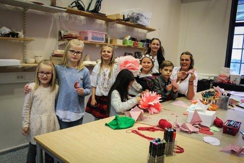KLIPPEKUNST: Her lærer (t.h.) Monika Wendt-Roznowska (f.v.) Oda (5), Marie (7), Nina (7), Kaya Viola (7,5), Eveline (11), Zofia (11) og Aron (6) om morsomme barneaktiviteter fra Polen.
