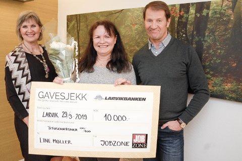 BLE ÅRETS HVERDAGSHELT: Line Møller fikk Jobzones Raushetspris. Anne Margrethe Nyhus (t.v) og Øyvind Løkken heier på henne i landsfinalen, der alle kan være med på å stemme henne fram. Prisen fikk hun for jobben hun har gjort for flyktninger og asylsøkere.