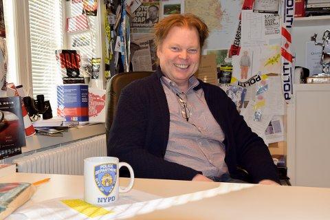 FORNØYD: Jørn Lier Horst farter mye rundt, men jobber også i skrivestuen i Stavern innimellom. Nå gleder han seg til premier på tv-serien om William Wisting.