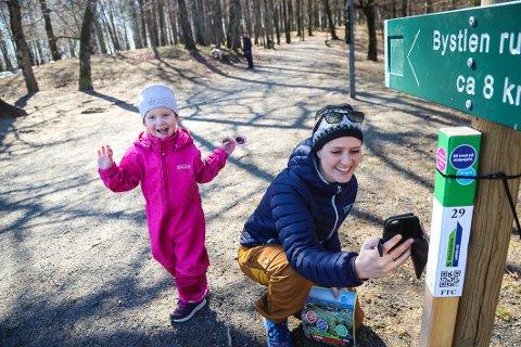 ENDELIG: Christine Foldvik Steinnes (27) synes turopplevelsen blir hakket mer spennende for seg selv og datteren Julia Charlotte Foldvik Carlsen (4) når de går på stolpejakt.