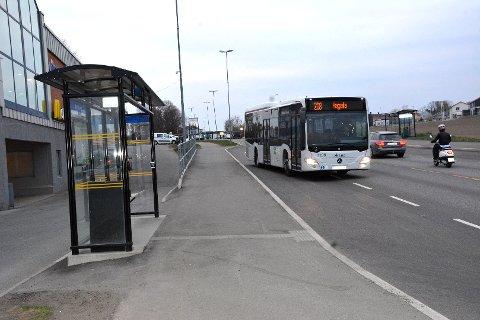 MEST BRUKT: Fra disse to bussholdeplassene utenfor Nordbyen har det vært flest buss-reisende i Larvik kommune i løpet av årets fire første måneder.