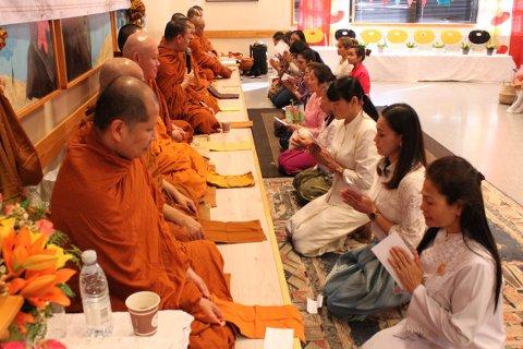 Tilreisende munker: Det kom munker fra Stavanger, Tronheim, Larvik og Drammen. De var tolv i tallet. Foto: Buddhist Thaikultur Larvik