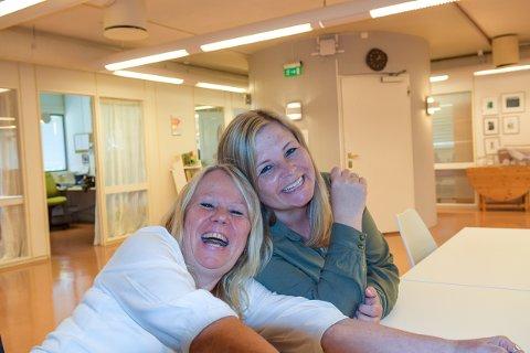 SMIL OG TÅRER: Eileen Ødegaard og Stine Aske ved biblioteket vil gjerne ha dikt du har skrevet. Både de som får de til å le, og de som får en til å gråte. Og alle midt i mellom.