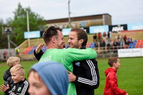 TILBAKE: Ørjan Berg Hansen (t.h.) omfavner tidligere Fram-keeper Kenneth Stenild etter seieren mot Raufoss i cupen i mai i fjor, I en hyggeligere periode for klubben.