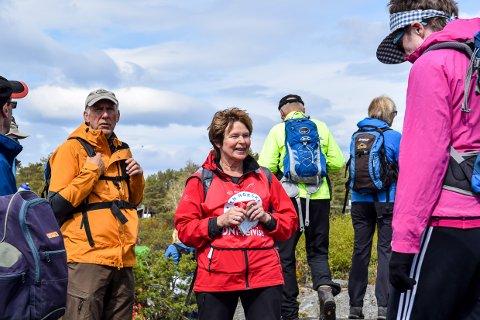 FULL FART: Med Maiva Fjelskår i front tråklet en gruppe på over 40 personer langs kyststien fra Helgeroa til Stavern søndag.