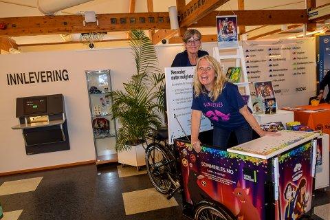 LES I SOMMER: Susanne Bolstad og Eileen Ødegaard ved biblioteket vil at alle skoleelever skal værwe med å sette leserekord i sommer.