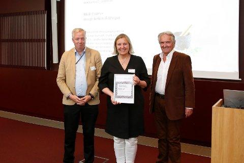 VANT PRIS: Lundhs, her ved Hege Lundh, vant prisen Årets produkt for «Essence». Prisvinneren er flankert av (f.v.) Designindustriens Egil Sundet og Knut Skove fra juryen.