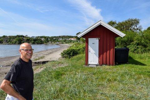 OPPGITT: Hytteeier Erik Gunnestad på Omrestranda er oppgitt over tilstanden til det kommunale toalettilbudet som tilbys feriegjester og turgåere på kyststien.