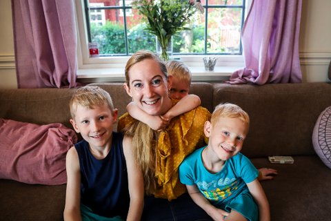 STOLT TREBARNSMOR: Renate Andersen er stolt av sønnene Oleander (9), Nathaniel (5) og Eremias (3) som hun har fått underveis i studietiden som nylig ledet til en doktorgrad i sosiale medier.