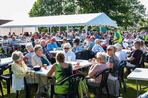 POPULÆRT: Allsang på Bøkkerfjellet samler alltid mye folk. Sist kom det 350. Hvor mange kommer på lørdag?