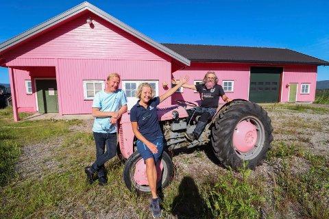 ENGASJEMENT: Jon Inge Dieset (på traktoren) brenner for rosa sløyfe-aksjonen. Fra før er han kjent for rosa traktor, skjegg og rundballer - men nå har han tatt den helt ut! Her avbildet sammen med Thomas Ellefsen (selvutnevnt malermester), og Trine Grøterud fra Hvittingfoss fruktlager som donerte malingen til Svarstad-bonden. (Foto: Ulrikke Granbakken Narvesen)