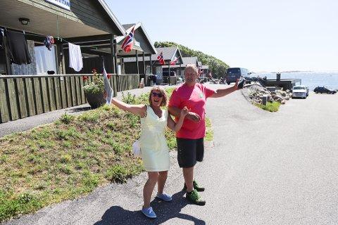 INVITERER TIL ÅPEN DAG: – Det årlige arrangementet er for hvem som helst. Ta med badetøy og campingstol og kom, oppfordrer Britt Sørensen og Thorfinn Haugen.
