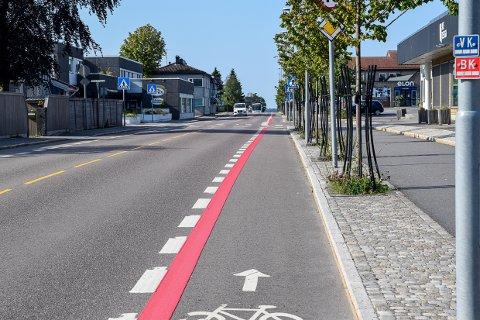 UTFORDRING: Slitasje på den røde veimerkingen er en utfordring, men her i Nansetgata kommer det mer rødfarge.