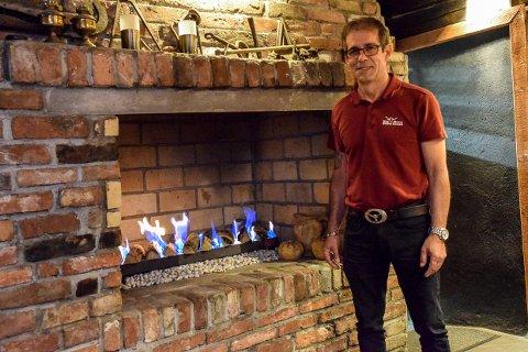 PRØVER: Tony Medeiros som driver Big Horn Steake House vil prøve å holde åpent og håper kundene kommer.